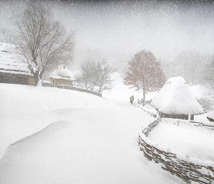 Белый день .  Закружился снег шальной